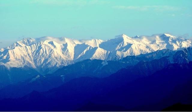 beautiful snowcap mountain from parashar lake 1