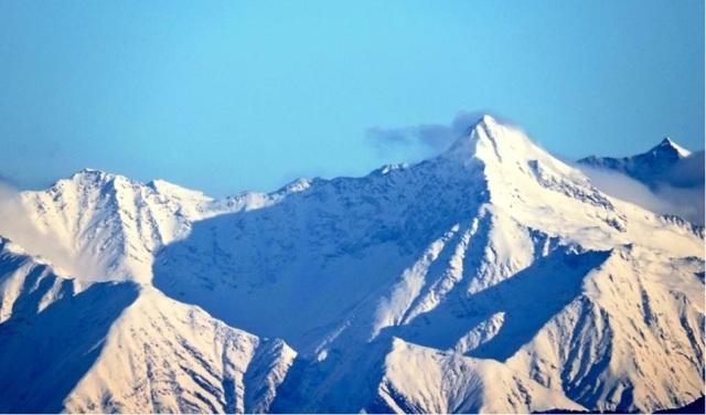 beautiful snowcap mountain from parashar lake 4