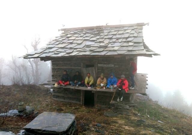 lunch while hiking to parashar lake